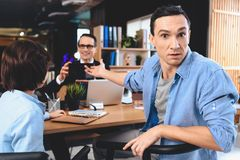 Риэлтор сидя на столе в офисе Отец указывает на таблетку в руках риэлтора Стоковые Фото