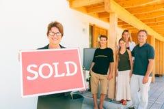 Риэлтор при семья продавая их дом Стоковое фото RF