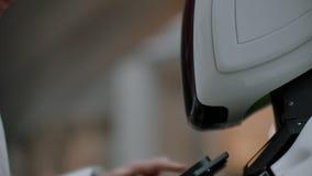 Робототехника отклоняет технология, умная концепция розничного бизнеса Автономный робот личного помощника для клиента навигации сток-видео