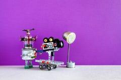 Робототехническая кинематография Смешной оператор оператора робота снимает фильм или кинофильм телевидения Автоматизированный про стоковое изображение