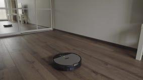 Робототехнический пылесос сползает через современную живущую комнату 4K видеоматериал