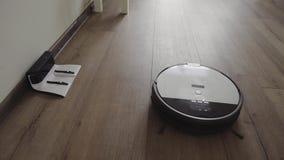 Робототехнический пылесос сползает через современные живущую комнату и тяги в поручать 4K сток-видео