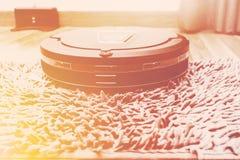 Робототехнический пылесос на деревянном поле партера, умном вакууме, новом Стоковые Изображения RF