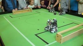 Роботы играя футбол видеоматериал