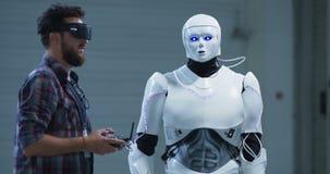 Роботы инженера контролируя вручают движение акции видеоматериалы