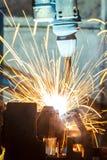 Роботы сваривая в фабрике автомобиля Стоковое Изображение RF