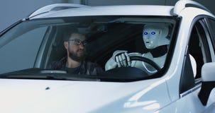 Робот вождения автомобиля инженера испытывая стоковые фото