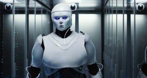 Робот гуманоида проверяя серверы в центре данных стоковое фото