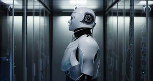 Робот гуманоида проверяя серверы в центре данных стоковые фотографии rf