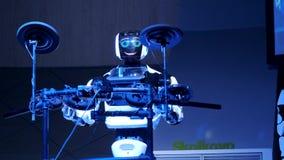 Робот играет набор барабанчика видеоматериал