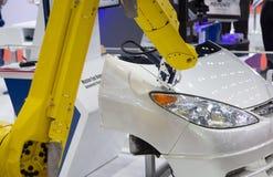 Робот измеряя приток и зазор между собранными частями автомобиля стоковая фотография rf