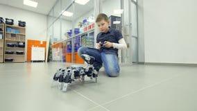 Робот испытания мальчика студента в классе школы robotechnics Концепция образования инженера сток-видео