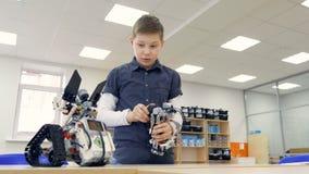 Робот испытания школьника в классе школы robotechnics Концепция образования инженера видеоматериал