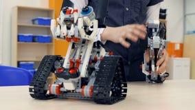 Робот испытания школьника в классе школы robotechnics Концепция образования инженера сток-видео