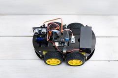 Робот на 4 колесах и различных проводниках Плоское положение Стоковая Фотография RF