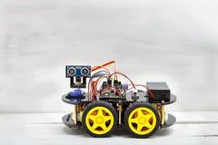 Робот на 4 колесах и различных проводниках Стоковые Изображения