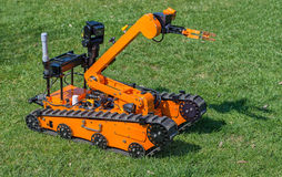 Робот обезвреживания неразорвавшихся бомб на траве Стоковые Фотографии RF