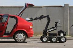 Робот обезвреживания неразорвавшихся бомб разоружает бомбу внутри автомобиля террористов в городе Софии, Болгарии 11-ого сентября Стоковое Фото