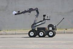Робот обезвреживания неразорвавшихся бомб разоружает бомбу внутри автомобиля террористов во время в города Софии, Болгарии 11-ого Стоковое Изображение