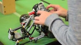 Робот отладки ребенка во время футбольной игры акции видеоматериалы