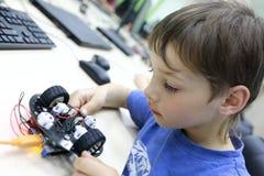 Робот программирования ребенка стоковая фотография