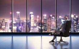 Робот сидит на стуле офиса Стоковое Изображение RF