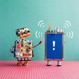 Робот смотрит смартфон со звуком beep и восклицательный знак на голубом экране Внимание и помощь обслуживать концепцию стоковое фото rf