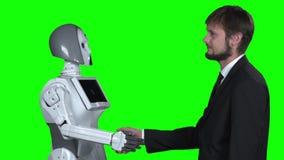 Робот трясет руки с парнем приветствует его зеленый экран движение медленное видеоматериал