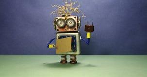 Робот хочет получать работу Смешному роботу игрушки идя со знаком картона и рукописному текст нужна работа Голубой зеленый цвет акции видеоматериалы