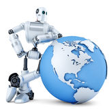 робот 3D стоя с глобусом изолированная принципиальной схемой белизна технологии изолировано Содержит путь клиппирования Стоковые Изображения