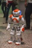 Робот Nao на связанном проволокой следующем фестивале в милане, Италии Стоковое фото RF