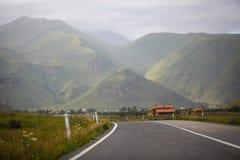 Ровная дорога асфальта в горах стоковые изображения