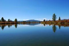 Ровная поверхность реки горы Стоковое Фото