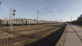 Ровное движение вдоль товарных вагонов перевозки железнодорожных на станции видеоматериал