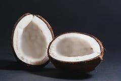 Ровно отрежьте половины кокоса Стоковые Изображения