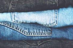 Ровно сложенная куча брюк джинсовой ткани стоковые фото