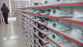 Ровные строки ботинка на полках сток-видео