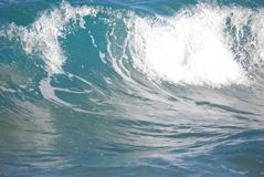Ровный разбивать волны aqua Стоковая Фотография RF