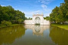 Ров и ворот на летнем дворце боли челки Стоковые Фото