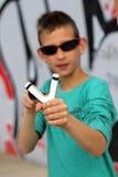 Рогатка стрельбы ребенк на предпосылке граффити Стоковые Изображения RF