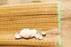 Рогожка на песке стоковое изображение rf