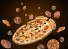 Рогулька концепции выдвиженческие и плакат для pizzerias ресторанов, пицца pepperoni шаблона очень вкусная, сыр моццареллы, фрика стоковые фотографии rf