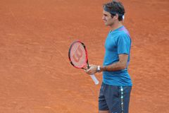 Роджер Federer на глине стоковая фотография