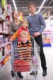 родители детей тележки Стоковые Фотографии RF