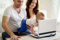 Родители играя превращаясь игру с сыном стоковое изображение