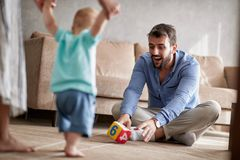 Родители играя с их младенцем Первые шаги, семья, родительство стоковые изображения