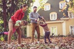 Родители имеют потеху с детьми на задворк Стоковая Фотография