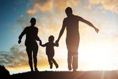 Родители имея потеху с их ребенком стоковая фотография