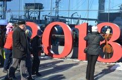 Родители и дети идут и принимают фото около туристского объекта искусства, России, Калининграда стоковые фото