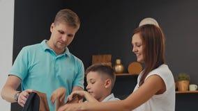 Родители и школьник подготавливая к школе видеоматериал